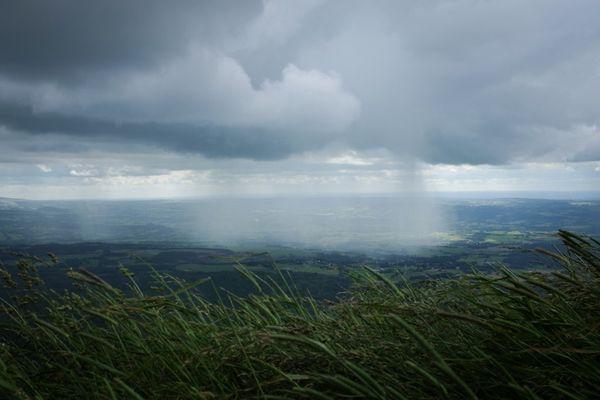 Le Puy-de-Dôme en alerte vigilance jaune pour des risques d'orages, de vents violents et  de pluies et inondations.