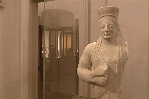 La Koré (« jeune fille »), statue grecque archaïque provenant de l'acropole d'Athènes, est le chef d'œuvre du département des Antiquités du Musée des Beaux-Arts de Lyon. La Koré serre un oiseau contre son buste...
