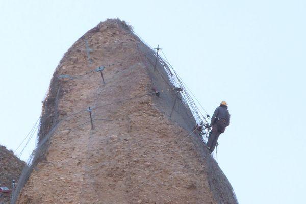 Il faut désormais sécuriser la chandelle rocheuse avant son dynamitage prévu fin mars.