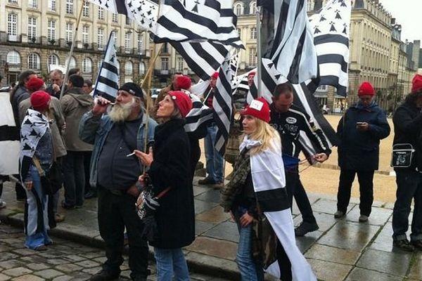 Bonnets rouges en soutien à Cédric devant le parlement de Bretagne