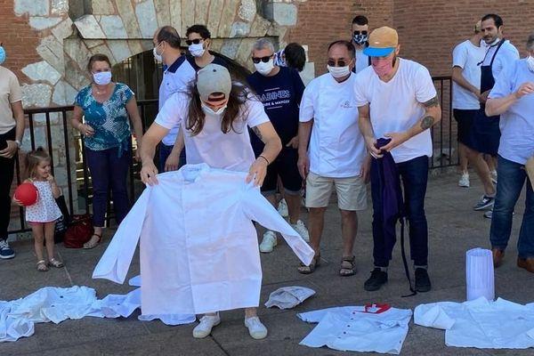 A la veille de nouvelles annonces sur le déconfinement par le gouvernement, une trentaine de chefs restaurateurs ont manifesté devant le Castillet à Perpignan. Ils ont déposé symboliquement leurs tabliers et leurs toques.