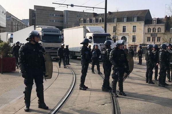Les forains bloquent les voies du tramway au Mans, le 28 mars 2019