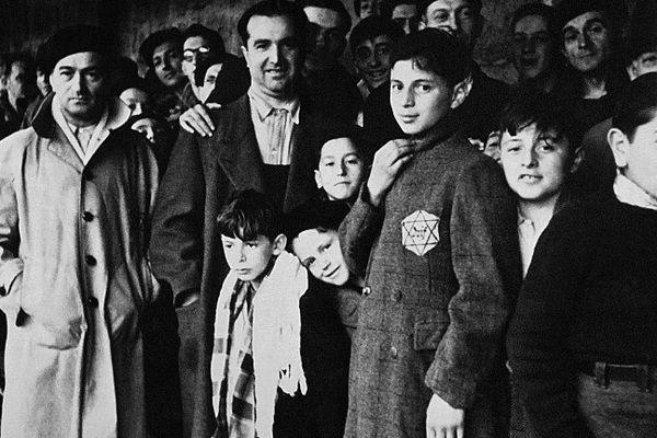 Les 16 et 17 juillet 1942, plus de 13 000 Juifs ont été emmenés de force par la police française et conduits au Vélodrome d'Hiver de Paris, avant d'être déportés à Auschwitz-Birkenau.