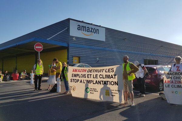 Des militants écologistes et des Gilets Jaunes bloquant le site d'Amazon à Sainghin-en-Mélantois.