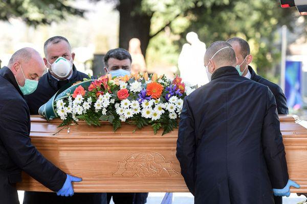 Comme ici en Italie, les obsèques en France sont désormais célébrées avec de grandes précautions.