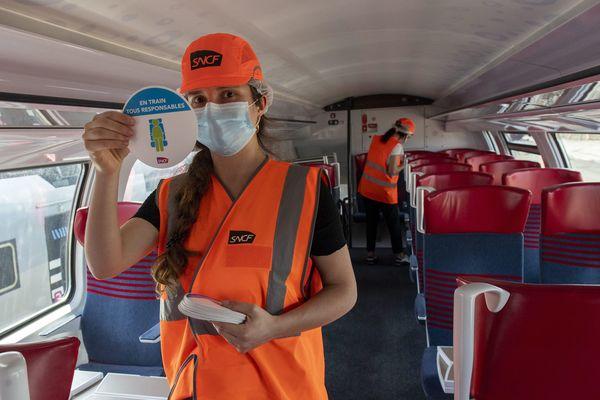 Nettoyage et pose de stickers pour isoler les passagers