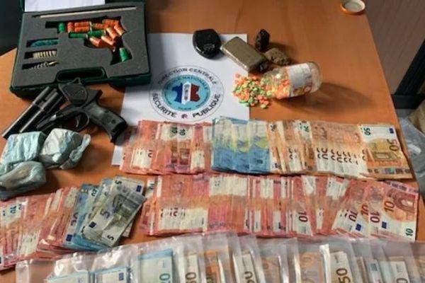 Les policiers ont mis la main sur 15.000 euros en liquide et 40.000 euros de stupéfiants.