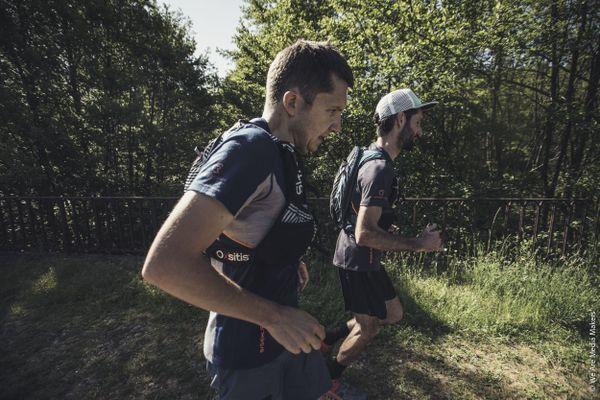 Blessé au genou, le trailer François Laupin a dû abandonner la course au km 98. Son coéquipier Charles Bertrand (premier plan) a franchi la ligne d'arrivée à 17h30 au col de la Chavade, là où la rivière Ardèche prend sa source.