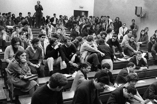 Des étudiants réunis dans une salle de la faculté de Nanterre, le 1er avril 1968.
