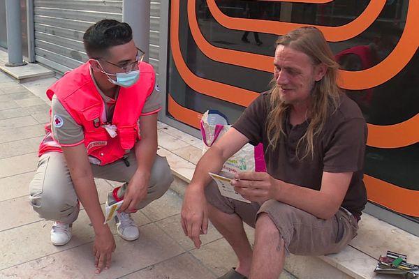 Imran Bakhti, bénévole à la Croix-Rouge, avec Sébastien