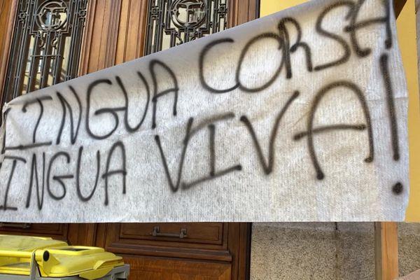 Plusieurs banderoles pour la défense de la langue corse accueillaient élèves et enseignants, jeudi 25 mars, à l'entrée de plusieurs lycées de Corse.