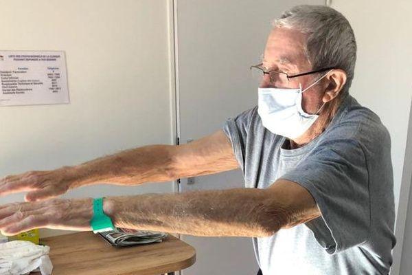 Une quinzaine de patients, encore contagieux mais sortis de soins hospitaliers lourds après infection par le coronavirus, sont en rééducation respiratoire à la clinique du Pic Saint-Loup à Saint-Clément-de-Rivière (Hérault).
