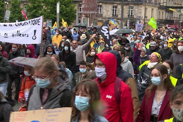 """Plus d'un millier de personnes, dont beaucoup de jeunes, ont manifesté ce dimanche pour """"une vraie loi climat""""."""