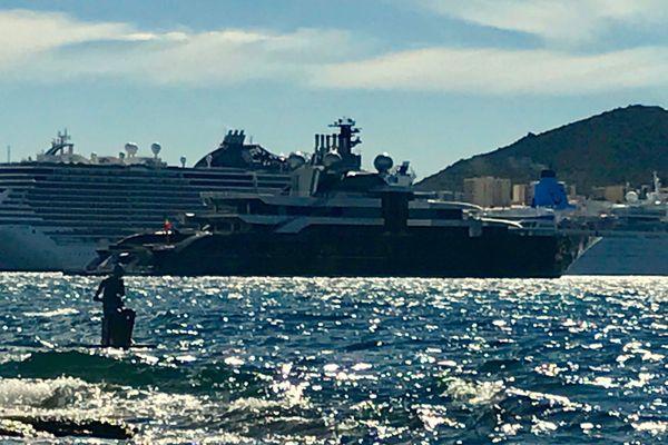 """Le superyacht """"Le Crescent"""" mesure plus de 135 mètres de long."""