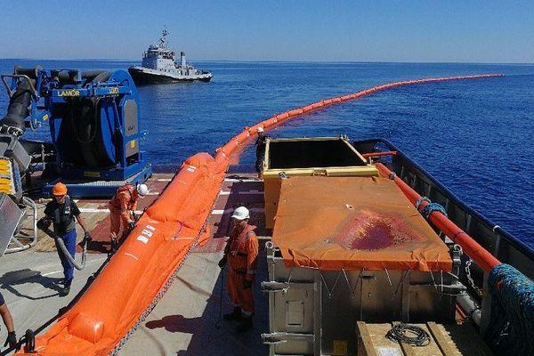 Le Centre d'expertises pratiques de lutte antipollution (CEPPOL) de la Marine Nationale avant le début de ramassage des traces de pollution au large des îles d'Hyères.