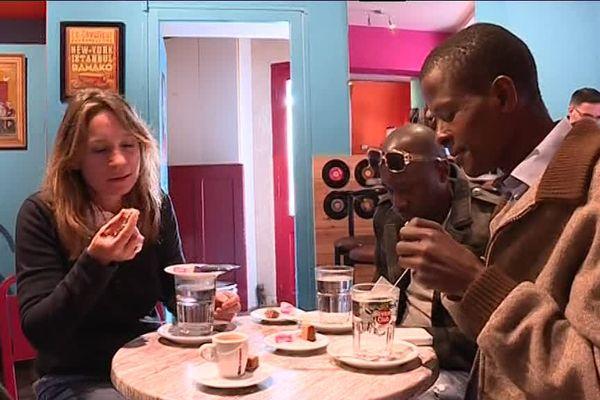 Au café, migrants habitants des Vans