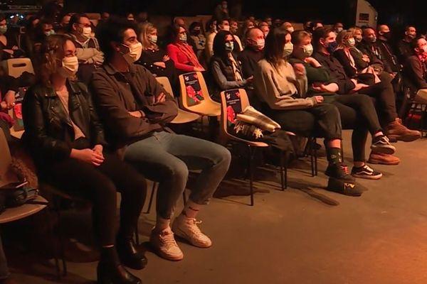 Public masqué, séparé par des sièges vides entre chaque groupe et test PCR, pour une soirée test inédite sur le thème de l'humour