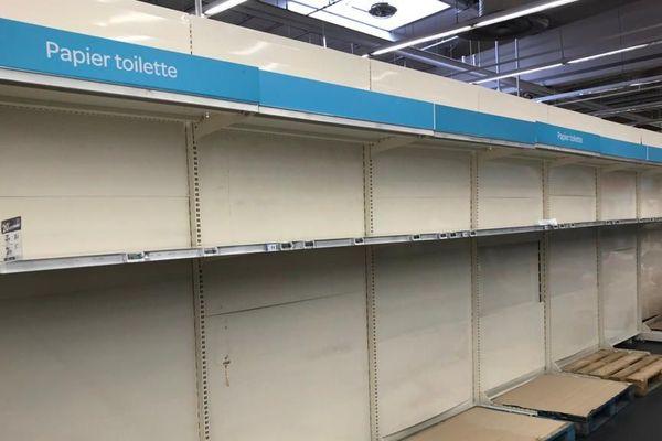 Concernant les produits d'hygiène, les rayons destinés au papier toilette sont vides, comme ici dans ce grand magasin de l'agglomération de Reims, à Tinqueux. (Photo prise le dimanche 15 mars 2020).