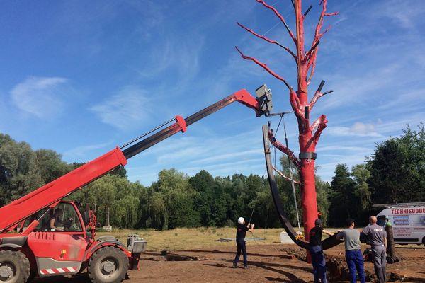 Cet arbre peint en rouge a été installée mardi 9 juillet au centre du site qui accueille le Cabaret vert à Charleville-Mézière