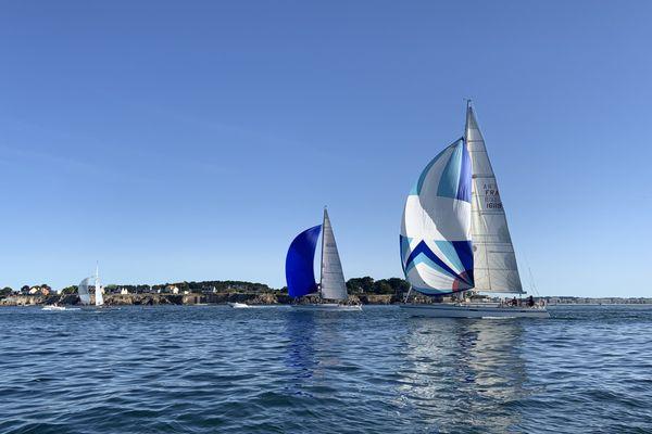 Trente voiliers de légende comme les Pen Duick participent à cette initiative solidaire