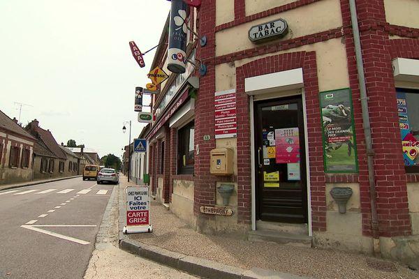 """Le bar-tabac """"Chez Pinpe et Kiki"""" propose de nombreux services publics dans un village de 700 habitants à Vesly."""