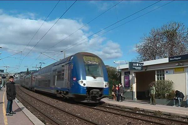 Arrivée d'un TER en gare de Nice Riquier