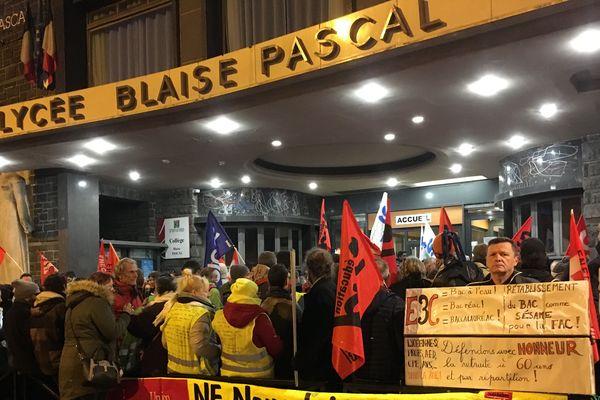 """Après la manifestation et l'annulation des épreuves du baccalauréat au lycée Blaise Pascal, Jean-Michel Blanquer promet des """"poursuites"""" à l'encontre des manifestants."""