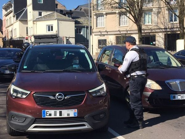 Rouen le 17 mars 2020 - 14h 20 : premiers contrôles dans le centre-ville place Cauchoise