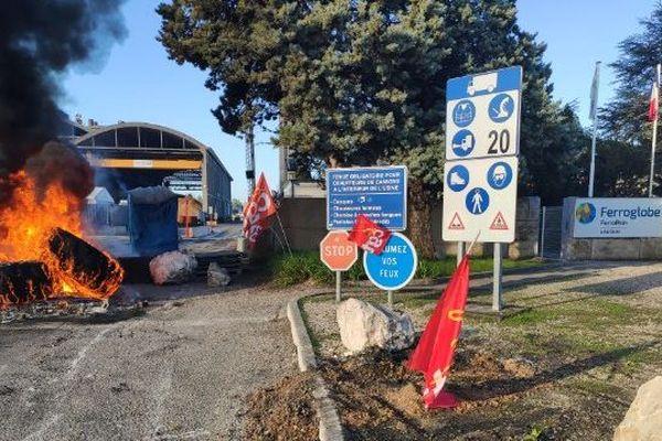 Depuis vendredi 6 décembre, les salariés de l'usine FerroPem de Laudun-L'Ardoise dans le Gard bloquent l'entrée du site : déjà en chômage partiel, ils viennent d'apprendre l'arrêt du 3ème et dernier four encore en fonction. - 6/12/2019