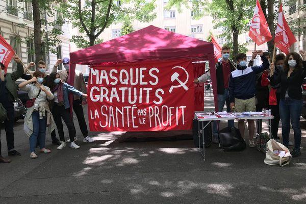 Une trentaine de jeunes communistes du Rhône a manifesté devant la préfecture pour demander la gratuité des produits sanitaires de première nécessité contre la propagation du coronavirus. 11 juin 2020