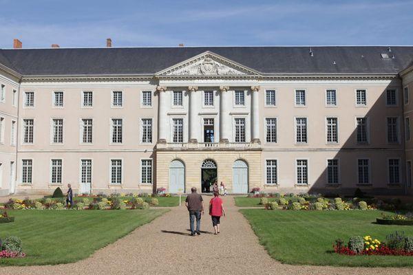 Le Prytanée de La Flèche, dans la Sarthe, et le lycée naval de Brest vont bénéficier de financement pour moderniser leurs infrastructures et pour ouvrir des filières technologiques.