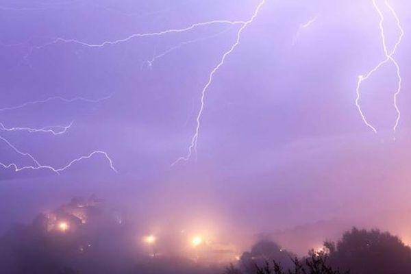 De violents orages sont attendus ce samedi en Corse, principalement sur la façade est de l'île. La Haute-Corse et la Corse-du-Sud ont été placées en vigilance orange par Météo France.