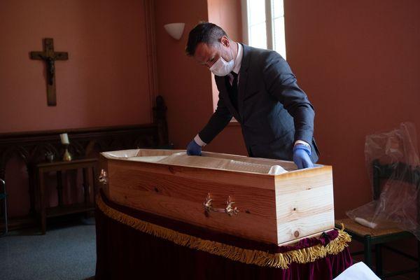 07.04.2020. Coronavirus à Aix-en-Provence. Lorsque la famille arrive le cercueil est déjà fermé, personne ne reverra plus le corps du défunt.