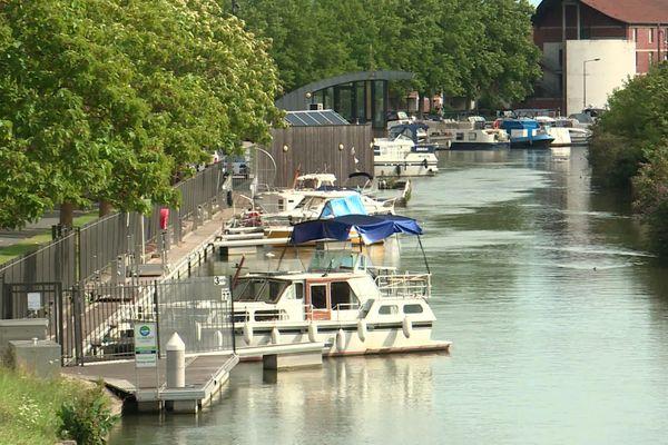 Depuis début juillet, c'est le calme plat dans le port de plaisance de Valenciennes.