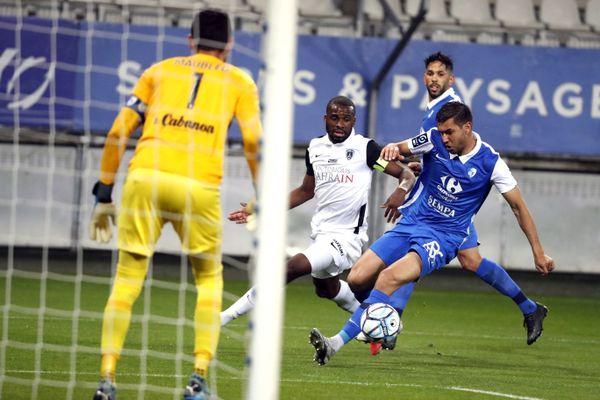 Le 18 mai dernier, le GF38 avait pu recevoir le Paris FC au stade des Alpes. Pour la première journée de Ligue 2 de la saison, la rencontre aura lieu à Gueugnon.