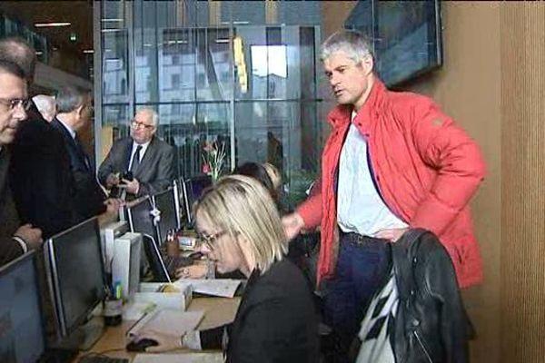 Laurent Wauquiez s'est rendu notamment à l'ancien Hôtel de Région de Clermont-Ferrand, où il a rencontré les agents.