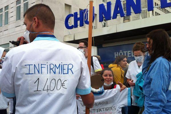 Près d'un millier de personnes se sont rassemblées devant le CHU de Nantes avant de partir en cortège.