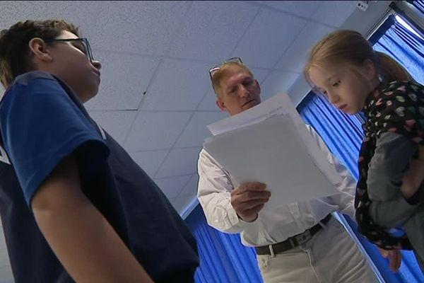 Une fois par semaine, les élèves de l'école Simone Veil à Hérouville-Saint-Clair répètent leurs textes avec le metteur en scène Sam Badri.