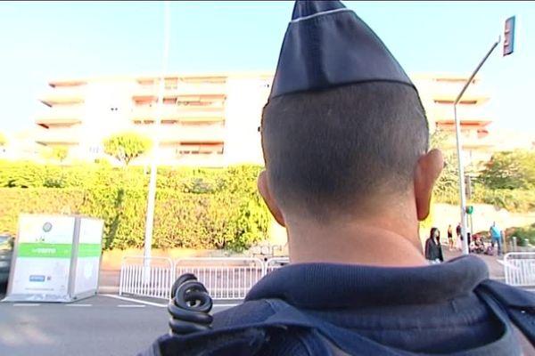 Renfort de police devant les écoles à Nice.