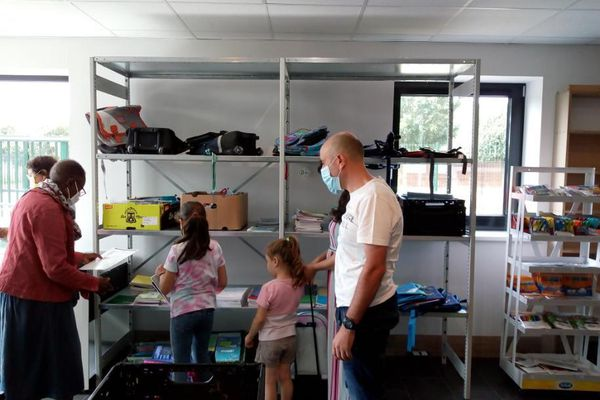 Collecte de fournitures scolaires à Caritas
