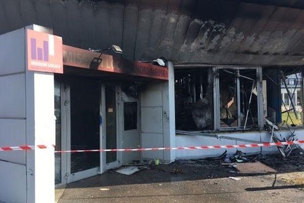 Des véhicules et la mission locale ont été incendiés.