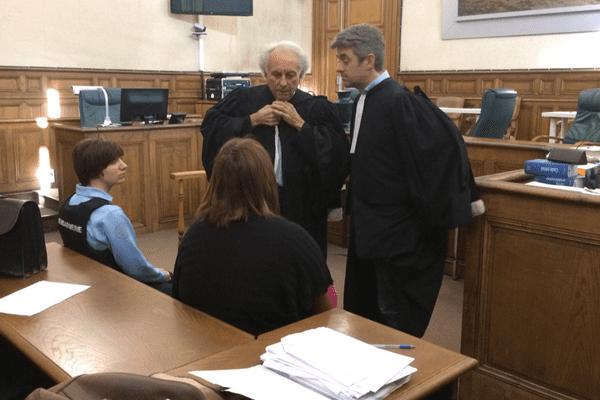 Cécile Bourgeon, de dos avec ses deux avocats