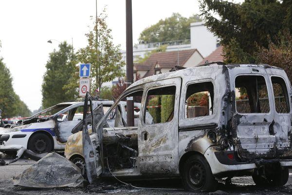 Le 8 octobre 2016, deux voitures de la police étaient attaquées et incendiées dans la cité de la Grande Borne, à cheval sur Grigny et Viry-Châtillon, en Essonne.