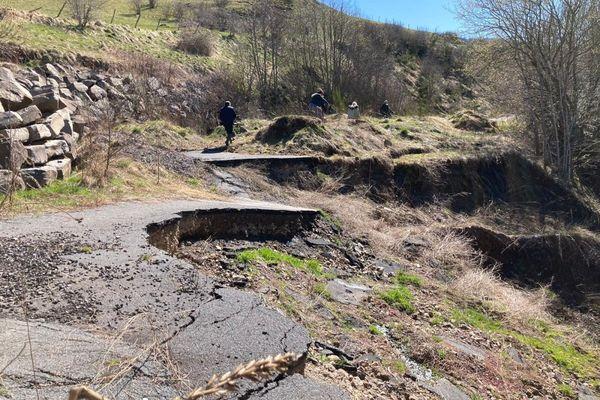 Depuis 5 ans, une partie du village de Saint-Saturnin, dans le Cantal, est enclavée suite à un glissement de terrain.