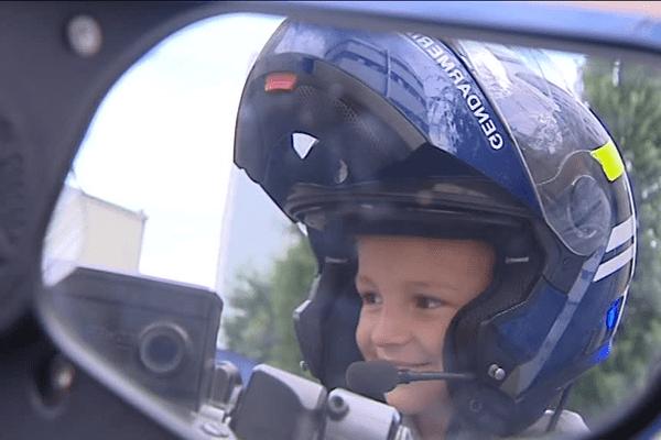 Au cours de sa visite chez les gendarmes, Sacha, ravi, a pu monter sur une moto, à l'arrière bien-sûr.