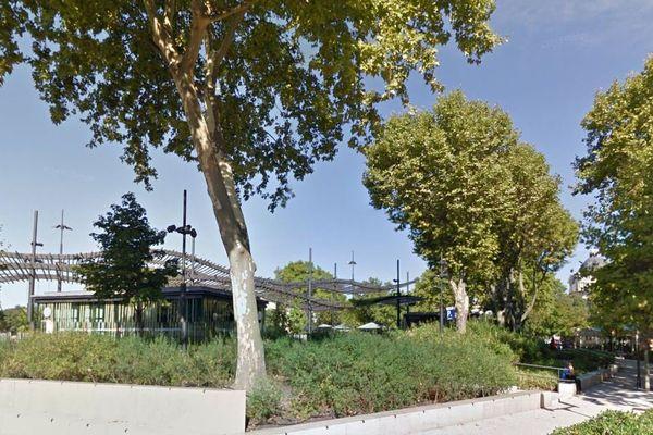 L'accident s'est produit sur l'Esplanade Charles de Gaulle, à Nîmes.
