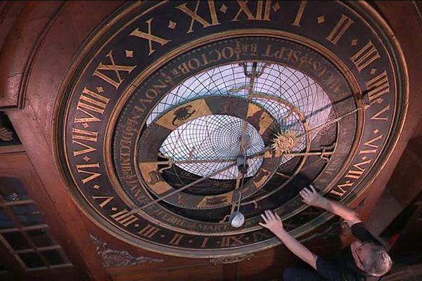 L'horloge astronomique date du XVIe siècle et indique les constellations ou encore les signes du zodiaque.