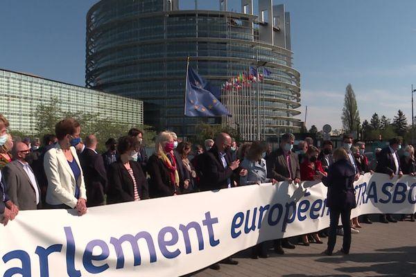 Des élus et eurodéputés se sont rassemblés devant le Parlement européen de Strasbourg le 26 avril pour demander le retour des sessions plénières.