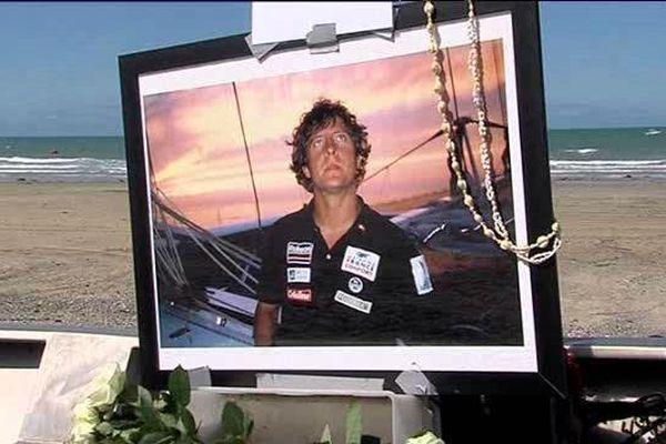 """Le portrait de celui qui était surnommé """"le petit prince des océans"""", posé sur la plage d'Agon-Coutainville"""