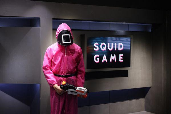 Les personnages de la série Squid Game n'hésitent pas à abattre froidement les participants qui échouent à leurs jeux / © GIUSEPPE CACACE / AFP